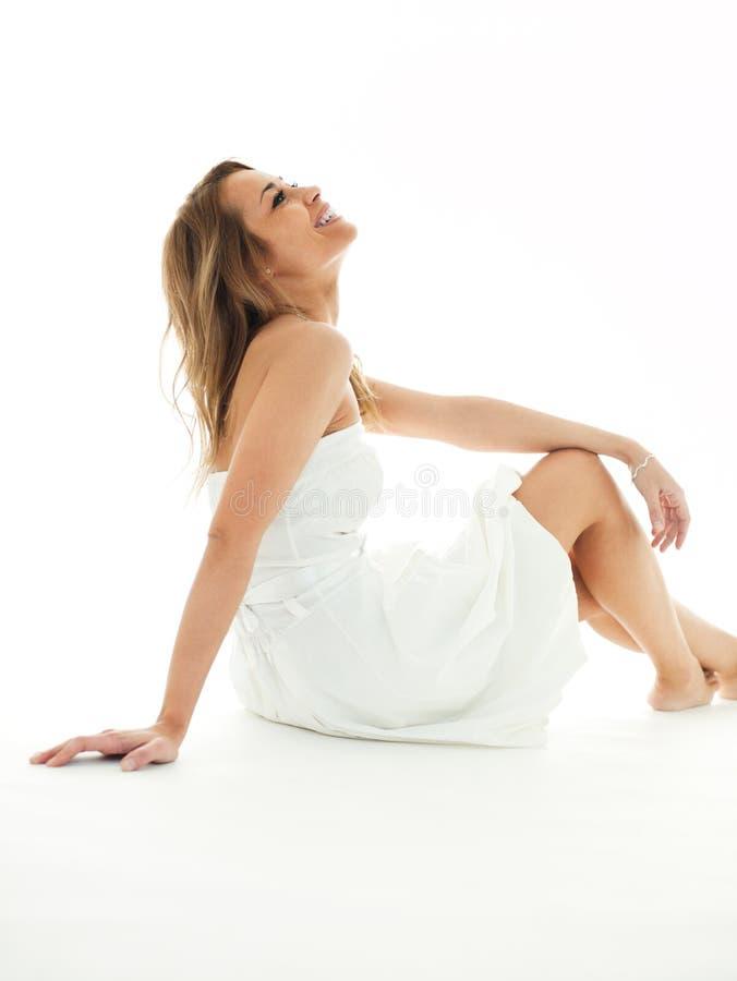 Blonde Frau in der weißen Kleidung lizenzfreies stockfoto