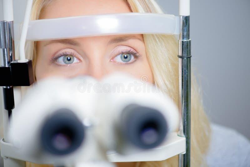 Blonde Frau, die Augenuntersuchung hat stockfotos