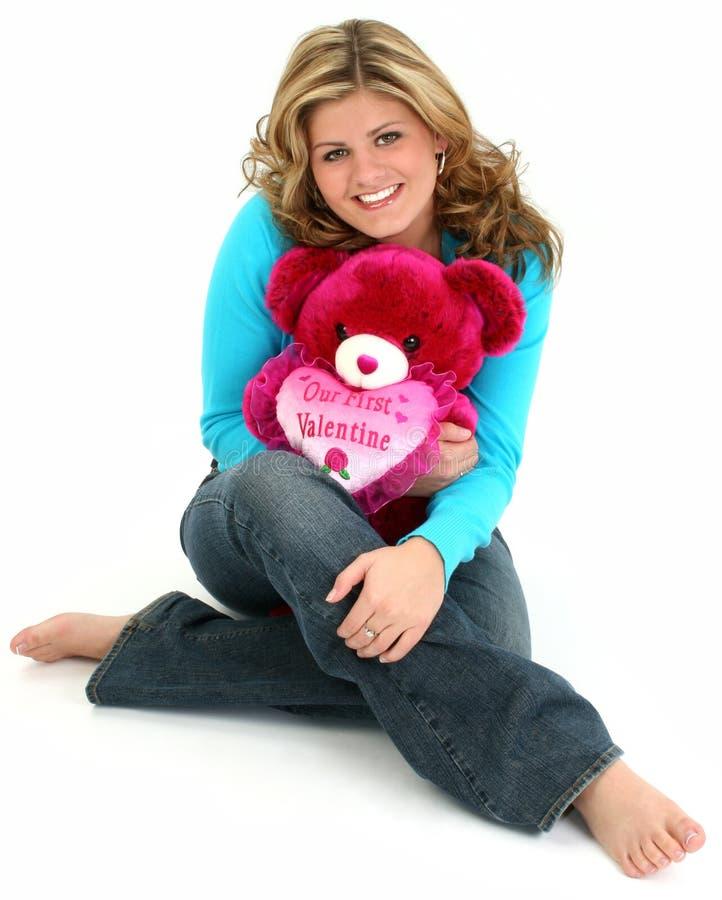 Blonde Frau, die Bären umarmt stockfoto