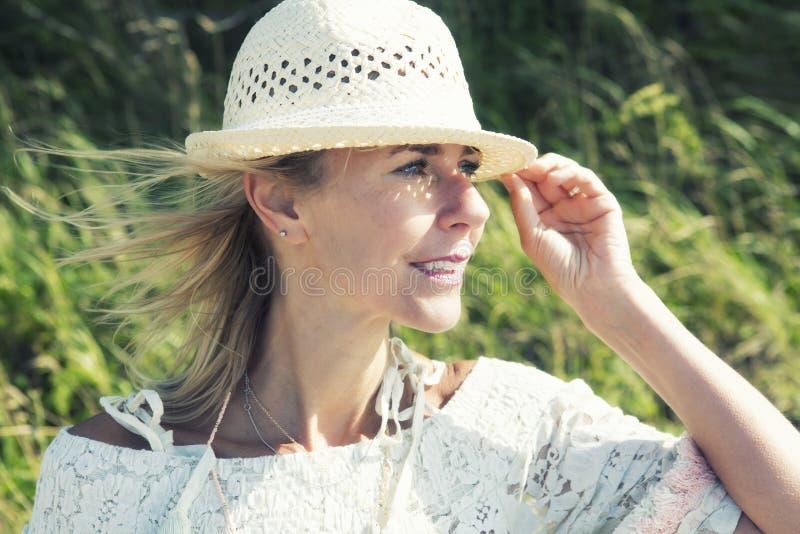 Blonde Frau, die draußen den Abstand untersucht lizenzfreie stockfotos