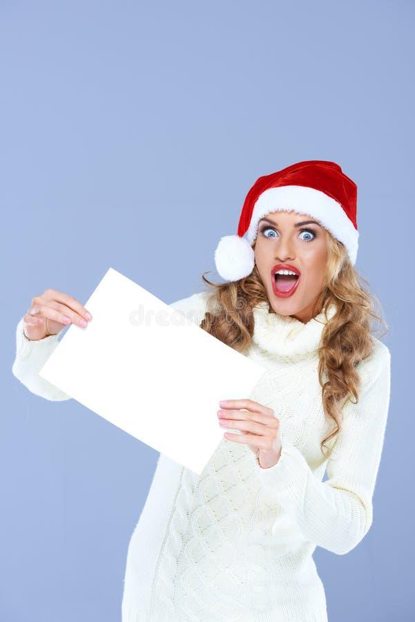 Blonde Frau, die leeres Papier im Überraschungs-Gesicht hält lizenzfreies stockfoto