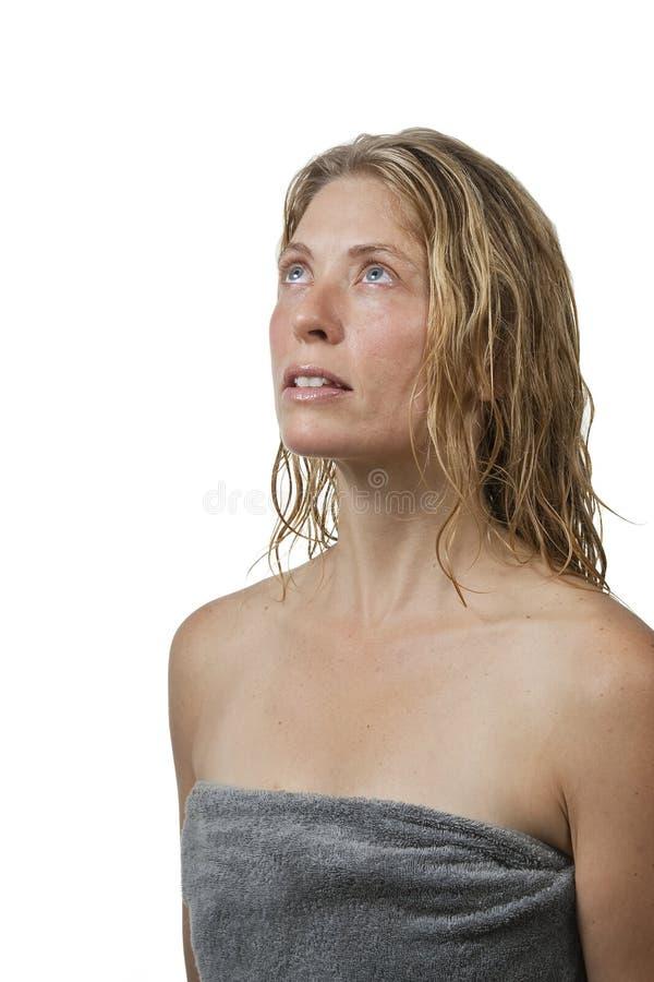 Blonde Frau im Badekurort, entspannend, schaut oben lizenzfreie stockfotografie
