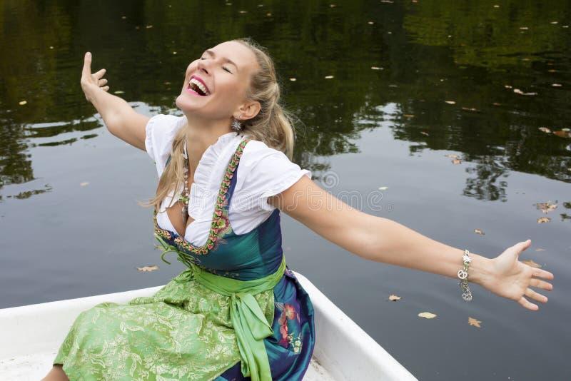 Blonde Frau im Dirndl stockfotografie