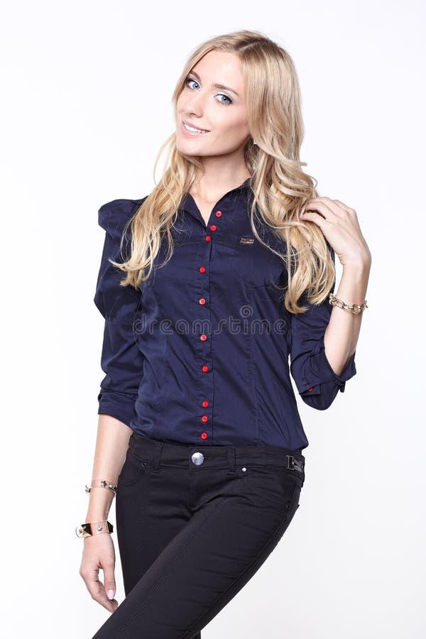 Blonde Frau im Hemd und in der Hose lizenzfreie stockbilder