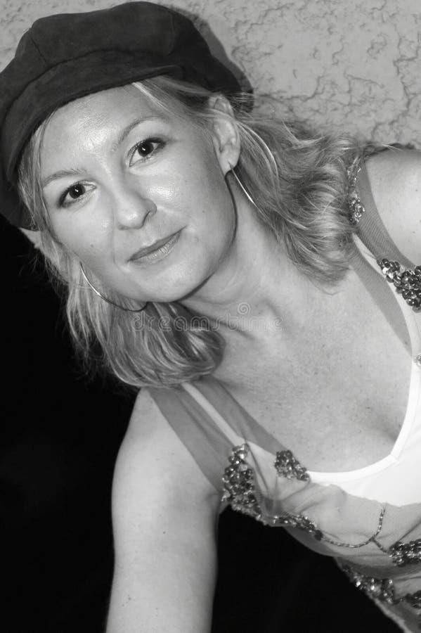 Blonde Frau im Hut stockfotos