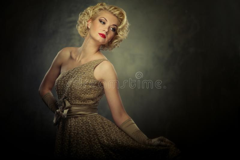 Blonde Frau im Kleid lizenzfreie stockfotos