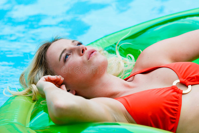 Blonde Frau im Pool stockbilder