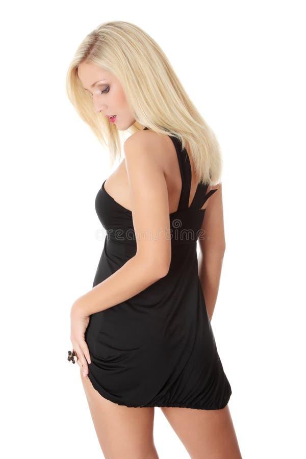 Blonde Frau im reizvollen Kleid lizenzfreies stockfoto