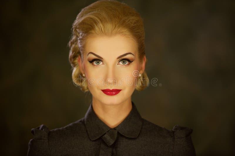 Blonde Frau im Retro- Kleid lizenzfreie stockfotos