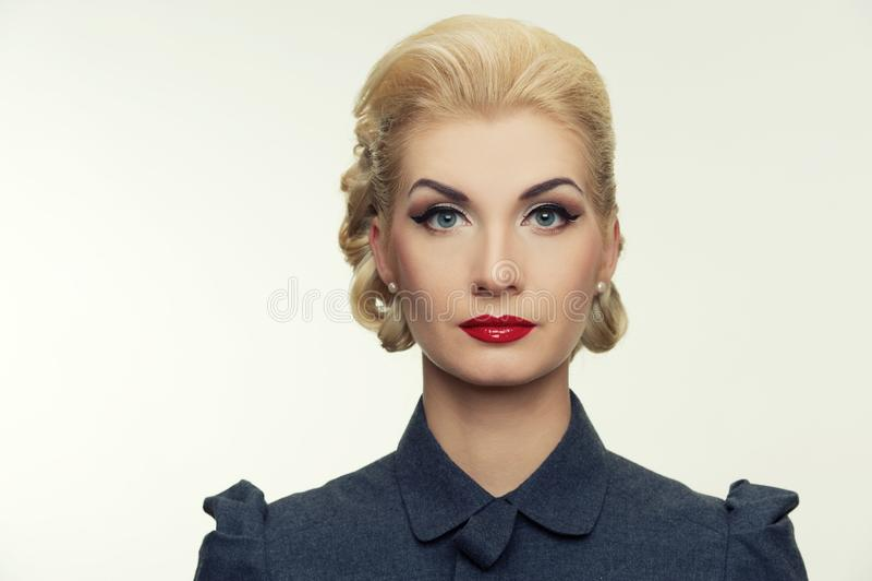 Blonde Frau im Retro- Kleid stockfoto