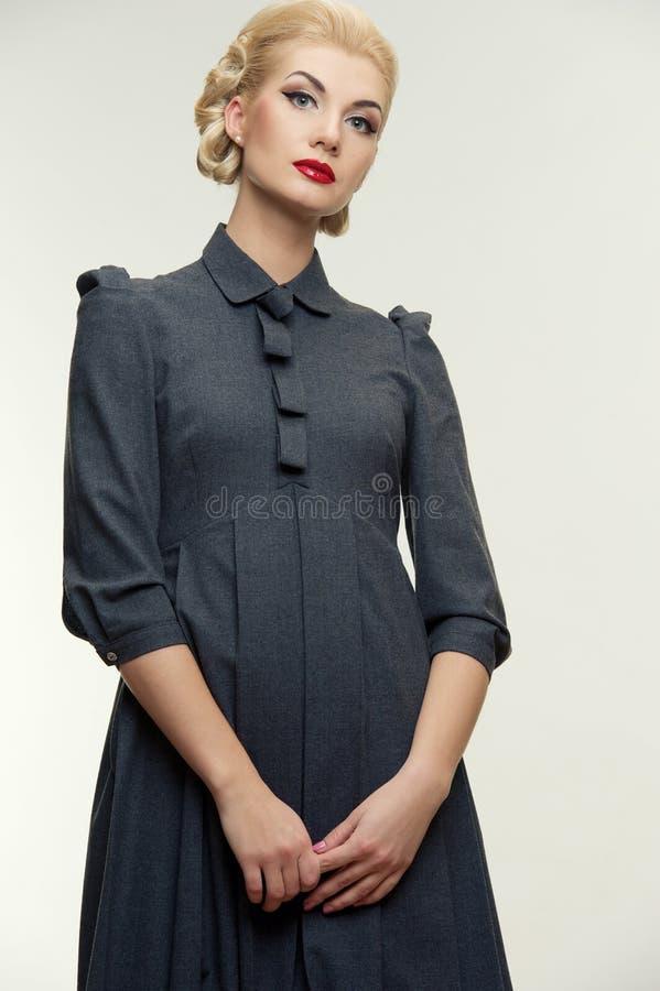 Blonde Frau im Retro- Kleid stockbilder