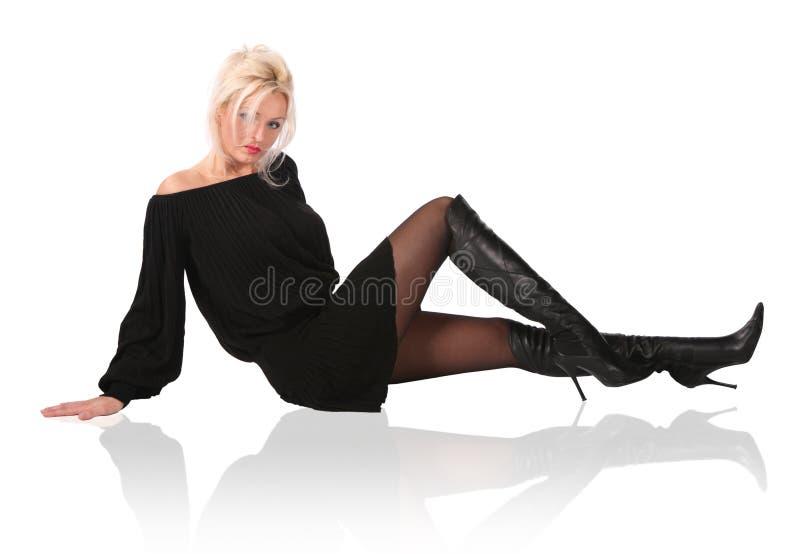 Blonde Frau im Schwarzen stockfotografie