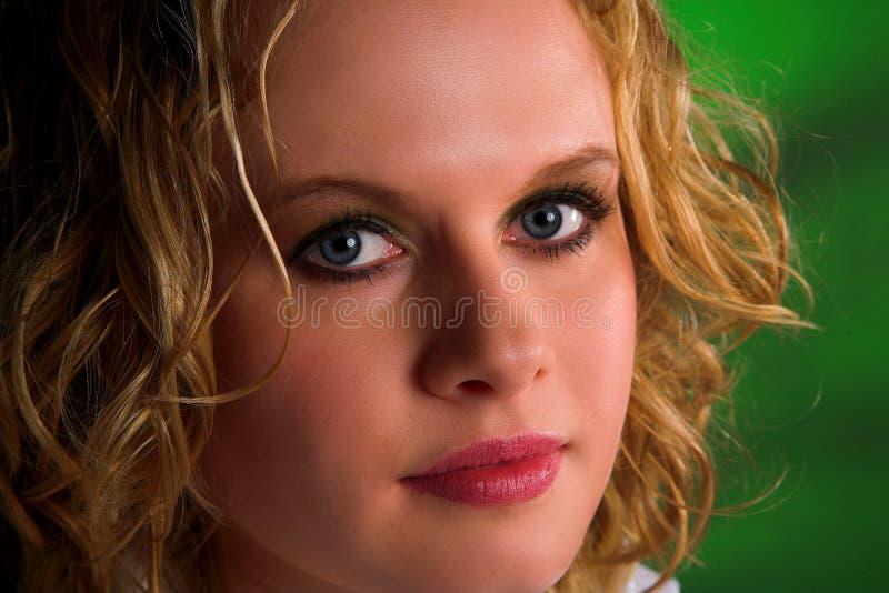 Blonde Frau mit dem lockigen Haar lizenzfreie stockbilder