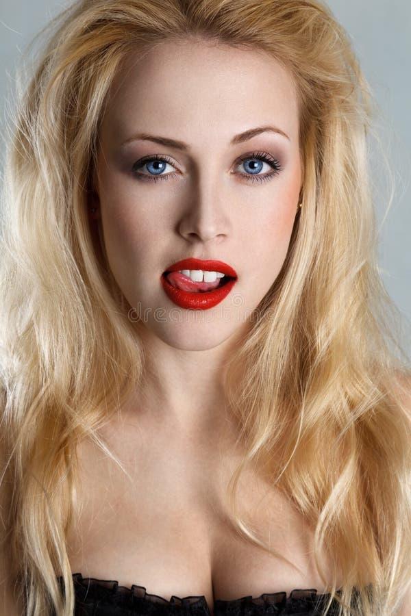 Blonde Frau mit der Zunge heraus lizenzfreies stockbild