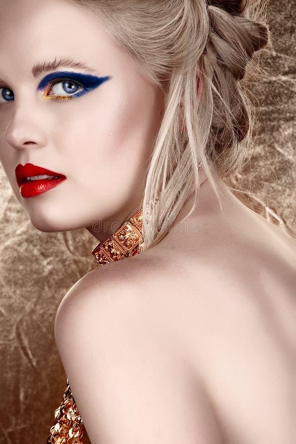 Blonde Frau mit dunkler Augenschminke lizenzfreie abbildung