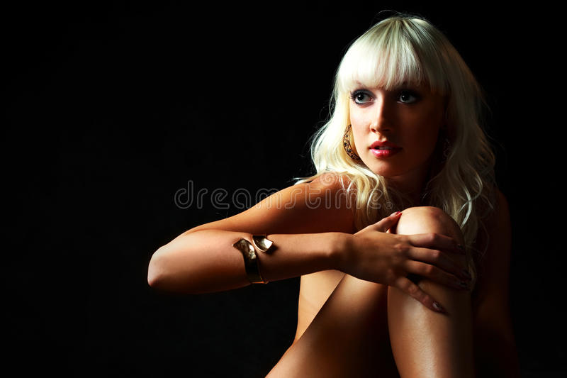 Blonde Frau mit einem bracelett stockbild