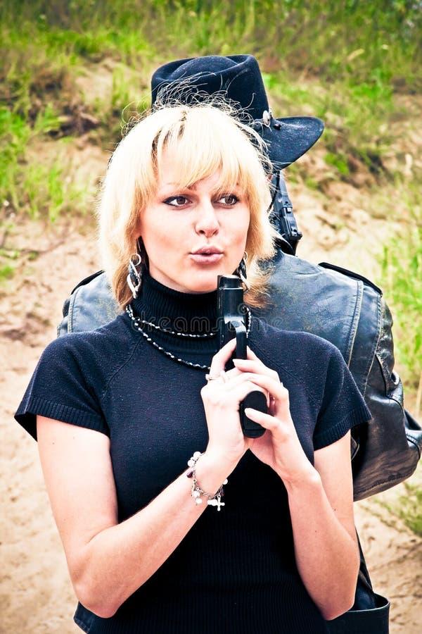 Blonde Frau mit einer Gewehr stockfotografie