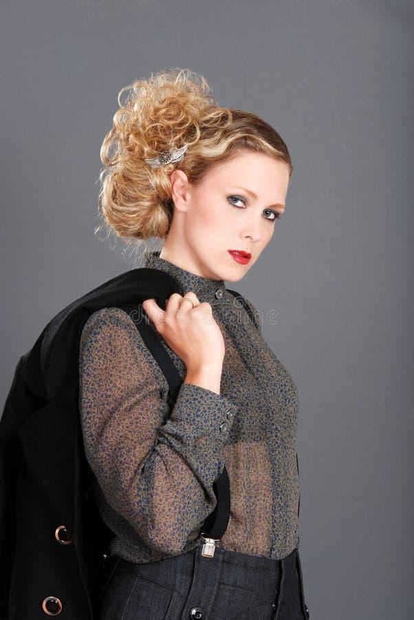 Blonde Frau mit Jacke über ihrer Schulter stockbilder