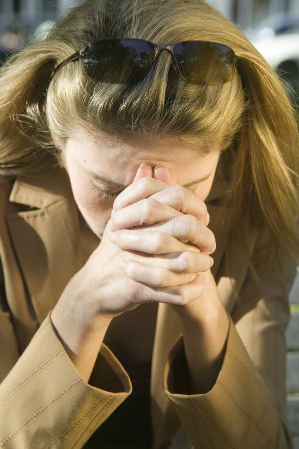 Blonde Frau mit Kopfschmerzen stockbild