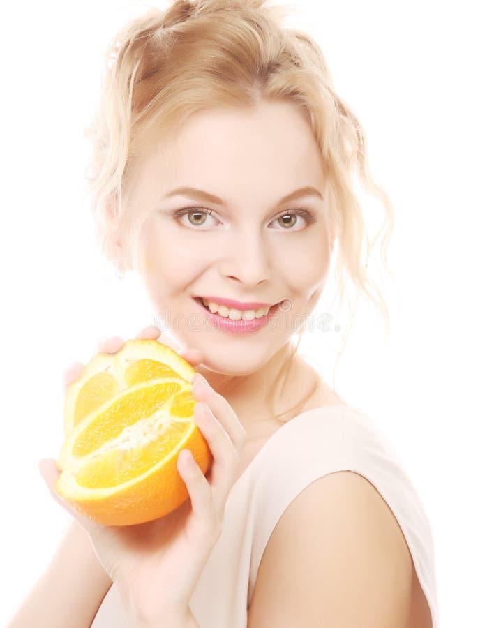 Blonde Frau mit Orangen in ihren Händen lizenzfreies stockbild