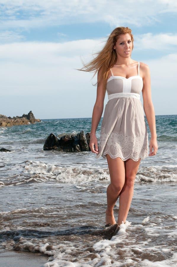 blonde frau am sonnenuntergang auf dem strand stockbild bild von exemplar sch n 14712235. Black Bedroom Furniture Sets. Home Design Ideas