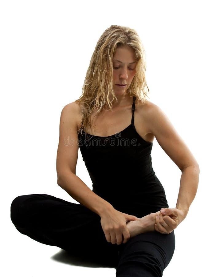Blonde Frau streches, bereitend für Yogaübung vor lizenzfreies stockfoto