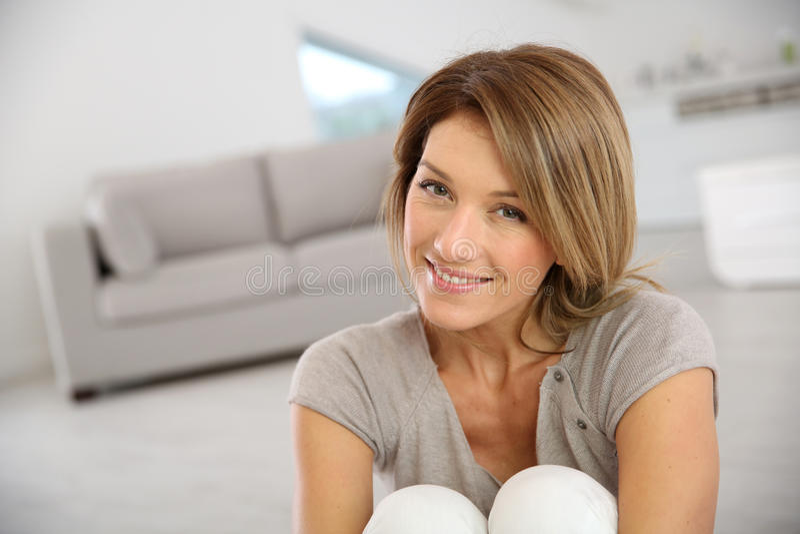 Blonde Frau von mittlerem Alter zu Hause stockfotos