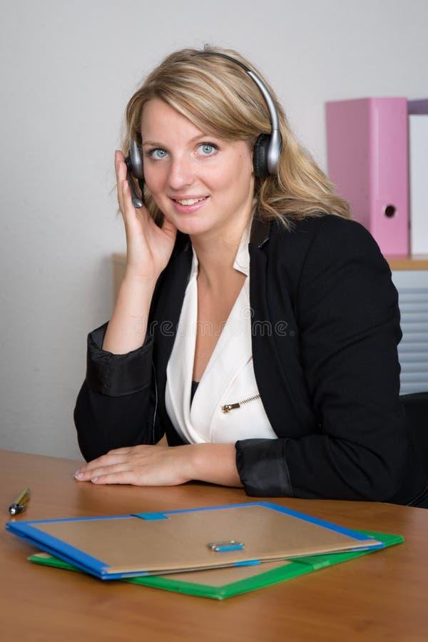 Blonde Frauenempfangsdame stockfoto