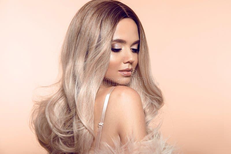 Blonde Frisur Ombre Blondes Porträt der Schönheitsmode Sexy Frau trägt im rosa Pelzmantel Schönes Mädchenmodell mit Make-up, lang lizenzfreies stockfoto