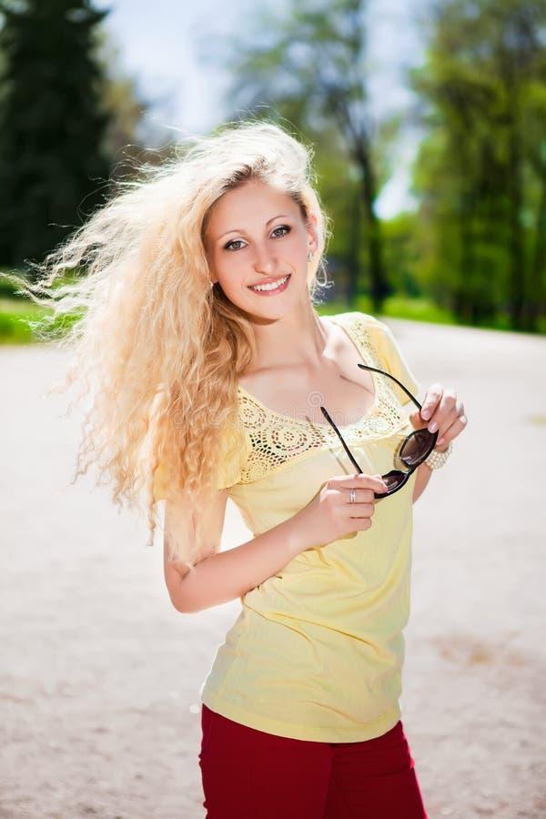 Blonde gaie avec des lunettes de soleil image libre de droits