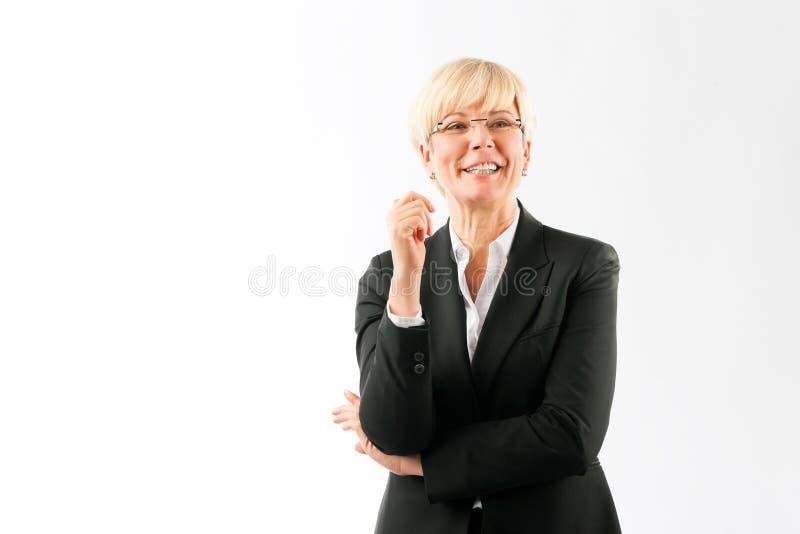 Blonde gelukkige rijpe onderneemster royalty-vrije stock afbeeldingen