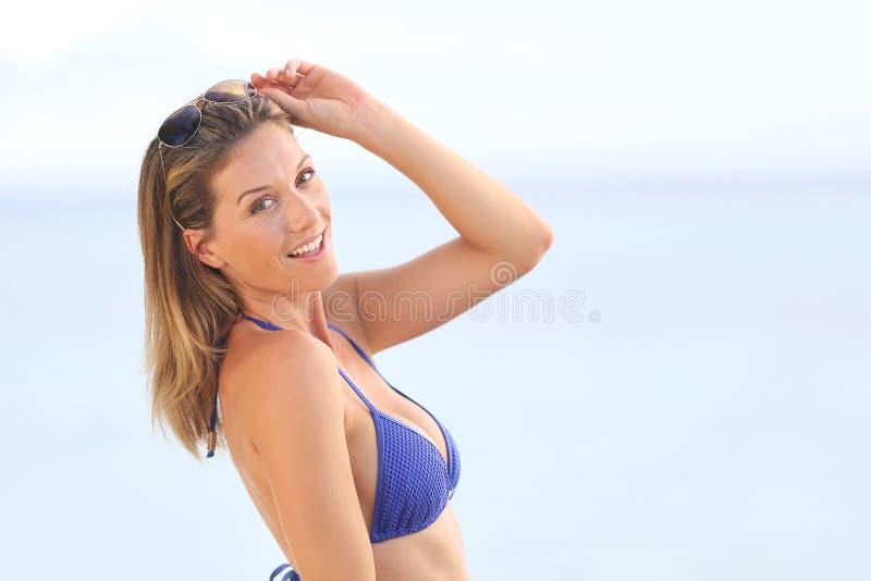 Blonde gelukkige vrouw op de kust stock afbeelding