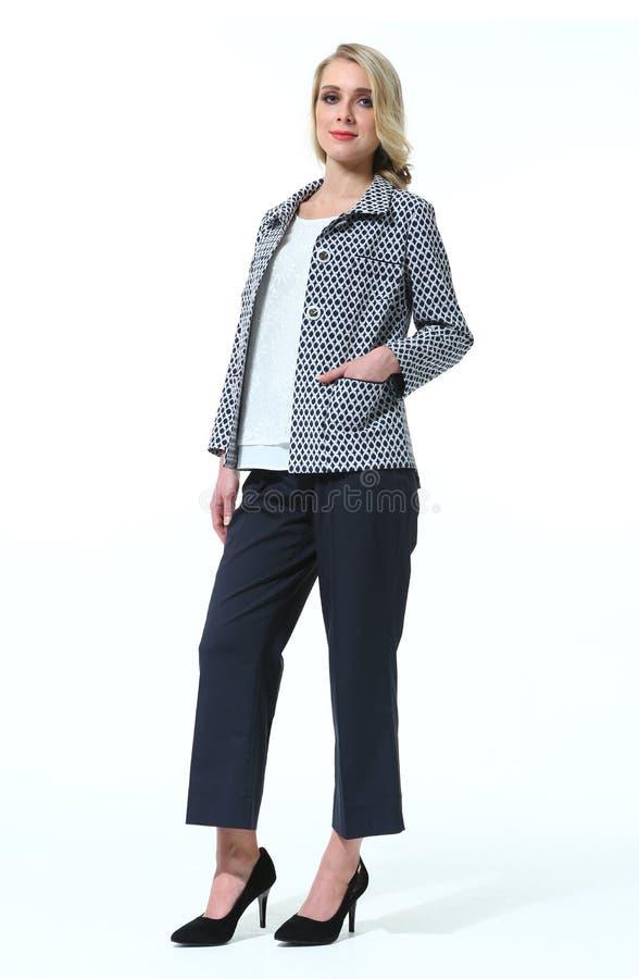 Blonde Geschäftsfrau in der zufälligen Sommerdruckjacke und in schwarzer culote Hose lizenzfreies stockbild