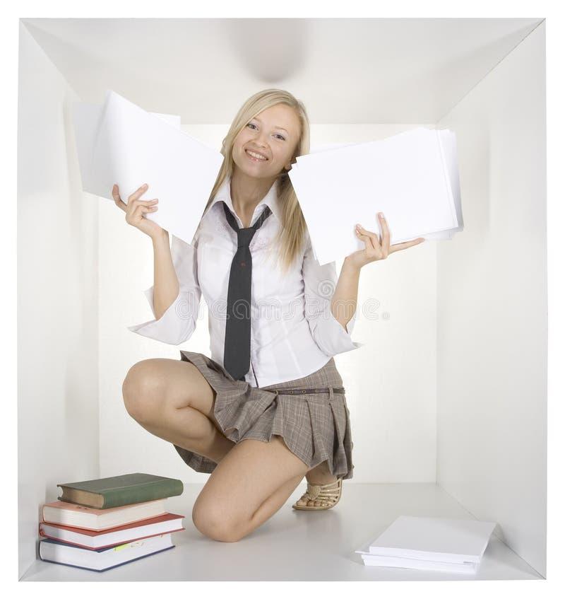 Blonde Geschäftsfrau im weißen Würfel lizenzfreie stockbilder