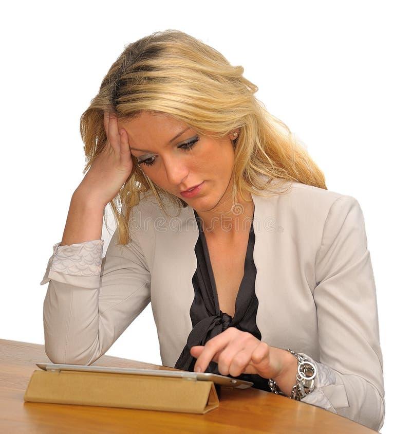 Blonde Geschäftsfrau mit Tablette stockfotos