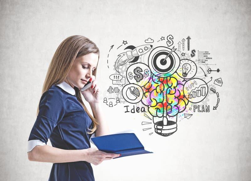 Blonde Geschäftsfrau mit Telefon und Planer, Idee lizenzfreies stockbild
