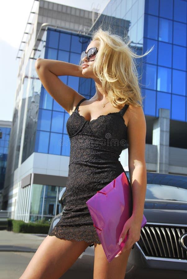 Blonde Geschäftsfrau mit violettem Faltblatt stockbild