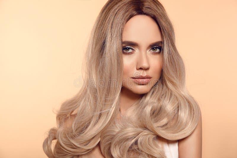 Blonde gewellte Frisur Ombre Schönheitsmode-Blondineporträt Schönes Mädchenmodell mit Make-up, lange gesunde Frisurenaufstellung stockfoto