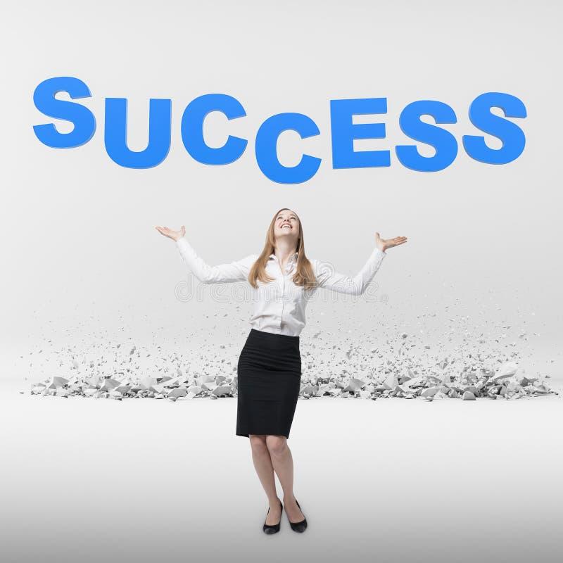 Blonde glückliche Geschäftsfrau, die Erfolg betrachtet lizenzfreie stockfotografie