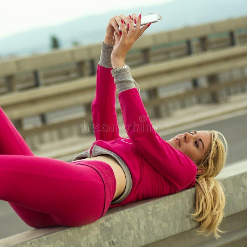 Blonde haarvrouw selfie stock afbeeldingen