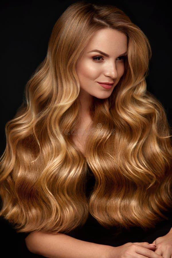 blonde hair long Γυναίκα με κυματιστό Hairstyle, πρόσωπο ομορφιάς στοκ φωτογραφίες