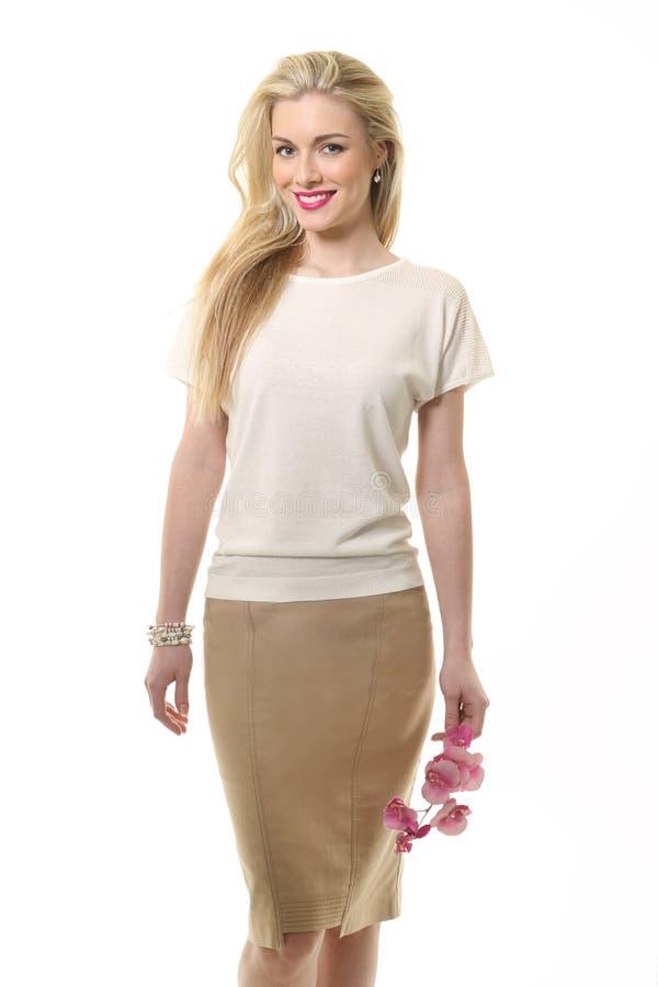 Blonde haired bedrijfsvrouw in de zomer witte blouse en bloem royalty-vrije stock afbeelding