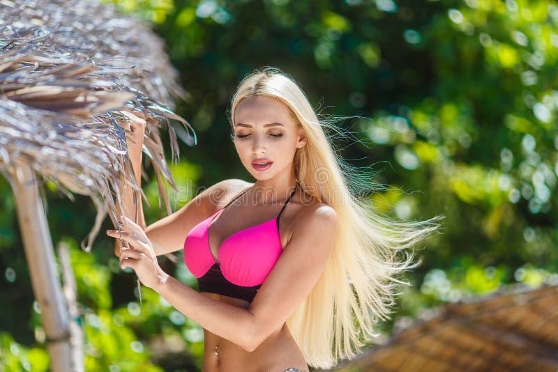Blonde hermoso con el pelo largo en la selva de un isla tropical imágenes de archivo libres de regalías