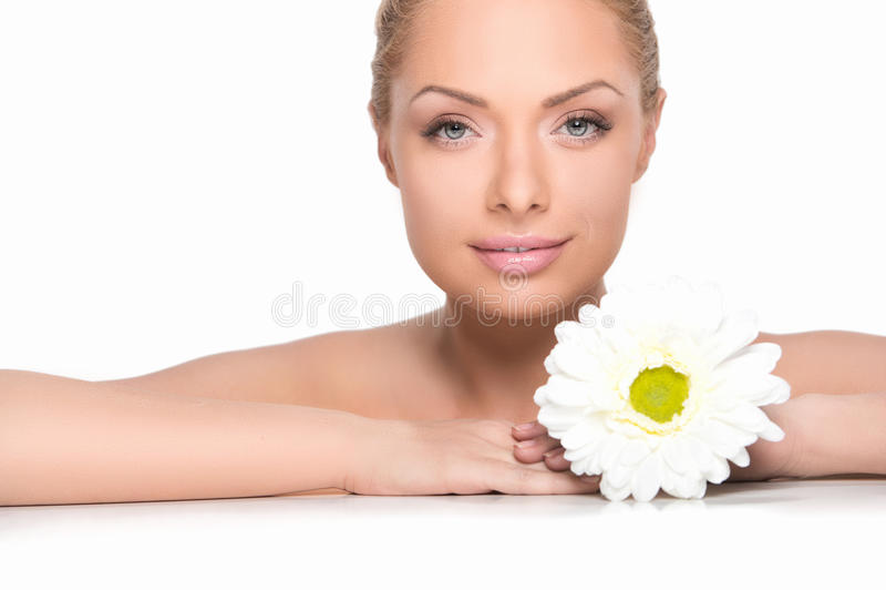Blonde hermoso con la flor. imagenes de archivo