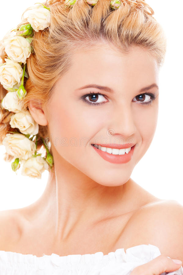 Blonde hermoso con las rosas blancas en su pelo foto de archivo libre de regalías