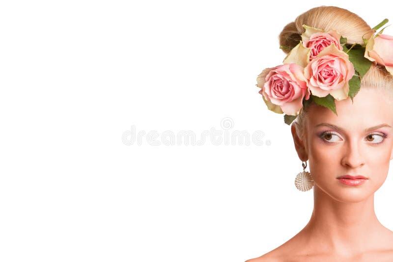 Blonde hermoso con una guirnalda de flores imagenes de archivo