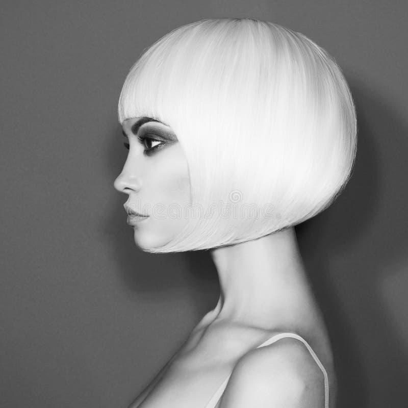 Blonde hermoso de la moda con corte de pelo corto imagen de archivo libre de regalías