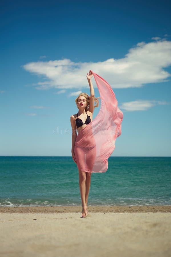 Blonde hermoso en el mar imagen de archivo