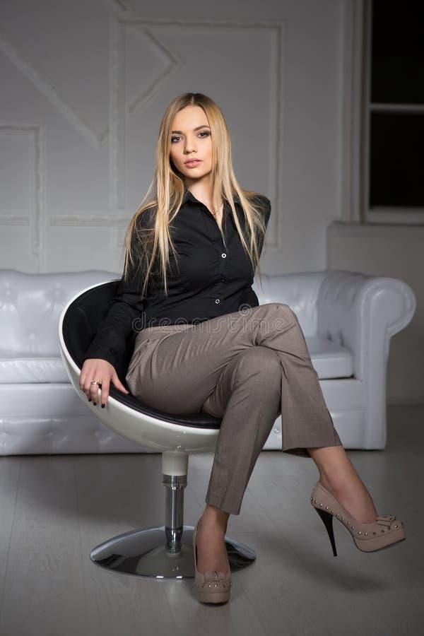 Blonde hermoso joven imagen de archivo libre de regalías