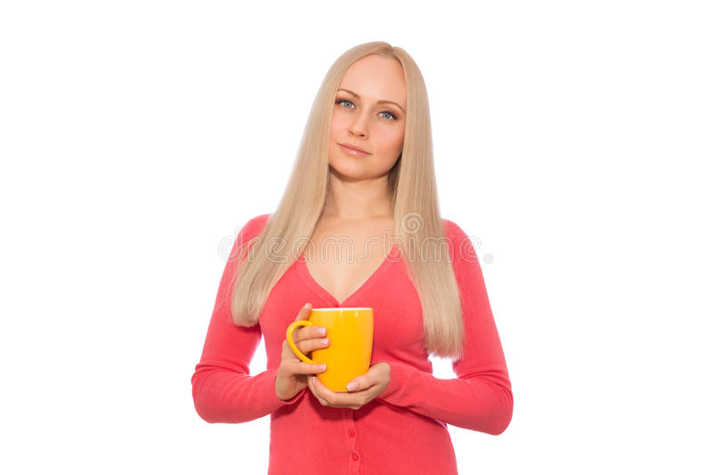 Blonde het model glimlachen met kop van hete drank stock afbeelding
